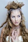 Νέα βασίλισσα χιονιού ομορφιάς στις λάμψεις νεράιδων με την κορώνα στο κεφάλι της Στοκ φωτογραφία με δικαίωμα ελεύθερης χρήσης