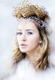 Νέα βασίλισσα χιονιού ομορφιάς στις λάμψεις νεράιδων με την κορώνα στο κεφάλι της Στοκ Φωτογραφία