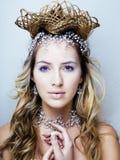 Νέα βασίλισσα χιονιού ομορφιάς στις λάμψεις νεράιδων με την κορώνα τρίχας στο κεφάλι της Στοκ Φωτογραφία