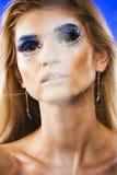 Νέα βασίλισσα χιονιού ομορφιάς στις λάμψεις νεράιδων με την κορώνα τρίχας σε την Στοκ Εικόνες