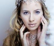 Νέα βασίλισσα χιονιού ομορφιάς στις λάμψεις νεράιδων με την τρίχα Στοκ εικόνες με δικαίωμα ελεύθερης χρήσης