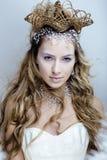 Νέα βασίλισσα χιονιού ομορφιάς στις λάμψεις νεράιδων με την τρίχα Στοκ Εικόνες