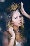 Νέα βασίλισσα χιονιού ομορφιάς στις λάμψεις νεράιδων Στοκ Φωτογραφία