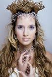 Νέα βασίλισσα χιονιού ομορφιάς στις λάμψεις νεράιδων Στοκ εικόνα με δικαίωμα ελεύθερης χρήσης