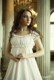 Νέα βικτοριανή κυρία στο άσπρο φόρεμα Στοκ Φωτογραφίες