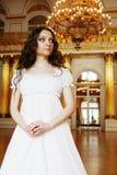 Νέα βικτοριανή κυρία στο άσπρο φόρεμα Στοκ φωτογραφία με δικαίωμα ελεύθερης χρήσης