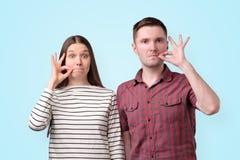 Νέα βουβά δάχτυλα εκμετάλλευσης ζευγών στα χείλια όπως το φερμουάρ για να κρατήσει το μυστικό για τη συνωμοσία στοκ εικόνες