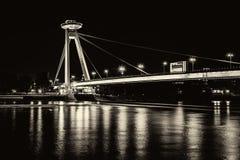 Νέα γέφυρα το περισσότερο SNP στη Μπρατισλάβα τη νύχτα Γέφυρα της σλοβάκικης εθνικής έγερσης ή του UFO Στοκ φωτογραφία με δικαίωμα ελεύθερης χρήσης