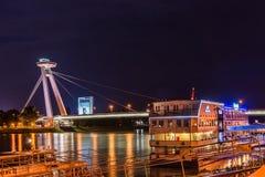 Νέα γέφυρα το περισσότερο SNP στη Μπρατισλάβα τη νύχτα Γέφυρα της σλοβάκικης εθνικής έγερσης ή του UFO Στοκ εικόνες με δικαίωμα ελεύθερης χρήσης