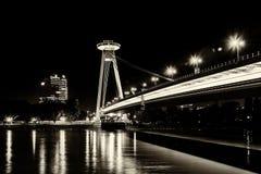 Νέα γέφυρα το περισσότερο SNP στη Μπρατισλάβα τη νύχτα Γέφυρα της σλοβάκικης εθνικής έγερσης ή του UFO Στοκ Φωτογραφία