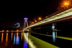 Νέα γέφυρα το περισσότερο SNP στη Μπρατισλάβα τη νύχτα Γέφυρα της σλοβάκικης εθνικής έγερσης ή του UFO Στοκ Εικόνες