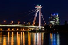 Νέα γέφυρα το περισσότερο SNP στη Μπρατισλάβα τη νύχτα Γέφυρα της σλοβάκικης εθνικής έγερσης ή του UFO Στοκ Φωτογραφίες
