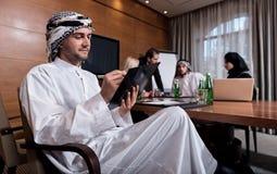Νέα γενειοφόρος συνεδρίαση ατόμων στη διάσκεψη Στοκ φωτογραφίες με δικαίωμα ελεύθερης χρήσης