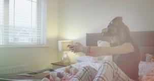 Νέα γενιά της νέας κυρίας που εξερευνά τα γυαλιά εικονικής πραγματικότητας νέας τεχνολογίας αυτή που παίζει ένα εικονικό παιχνίδι φιλμ μικρού μήκους