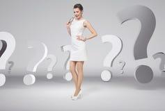 Νέα γενναία επιχειρηματίας πέρα από τα ερωτηματικά Στοκ Εικόνα