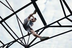 Νέα γενναία συνεδρίαση ατόμων στην κορυφή της υψηλής κατασκευής μετάλλων Στοκ φωτογραφίες με δικαίωμα ελεύθερης χρήσης