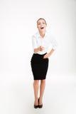 Νέα γελώντας όμορφη επιχειρηματίας που δείχνει στη κάμερα Στοκ Φωτογραφία