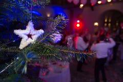 Νέα γιορτή Χριστουγέννων έτους ` s απομονωμένο λευκό δέντρων Χριστουγέννων ανασκόπησης διακοσμήσεις Unr Στοκ Εικόνα