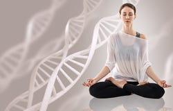 Νέα γιόγκα άσκησης γυναικών κοντά στη μεγάλη αλυσίδα μορίων Στοκ Εικόνες