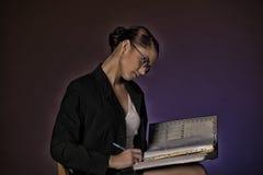 Νέα γραμματέας ή επιχειρησιακή γυναίκα με τους φακέλλους του εγγράφου Στοκ φωτογραφία με δικαίωμα ελεύθερης χρήσης