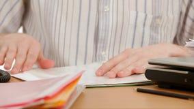 Νέα γραφική εργασία ανάγνωσης επιχειρηματιών στο γραφείο μέσα απόθεμα βίντεο