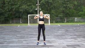 Νέα γυναίκα αθλητών στην αθλητική εξάρτηση που συμμετέχεται στην ικανότητα στον αθλητικό τομέα στο πάρκο απόθεμα βίντεο