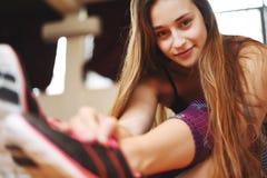 Νέα γυναίκα αθλητών που κάνει την άσκηση στη γυμναστική indoors Στοκ φωτογραφίες με δικαίωμα ελεύθερης χρήσης