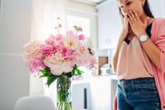 Νέα γυναίκα ανθοδέσμη των peonies στην κουζίνα Ευτυχές συγκινημένο χαμόγελο κοριτσιών στοκ εικόνες με δικαίωμα ελεύθερης χρήσης