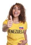 Νέα γυναίκα από τη Βενεζουέλα που παρουσιάζει αντίχειρα Στοκ Εικόνες
