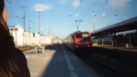 Νέα γυναίκα αργά για το ηλεκτρικό τραίνο, κακή έναρξη στην εργάσιμη ημέρα, απελπισμένη συγκίνηση απόθεμα βίντεο