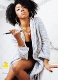 Νέα γυναίκα αφροαμερικάνων ομορφιάς στο μπουρνούζι με την οδοντόβουρτσα Στοκ Φωτογραφίες