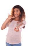 Νέα γυναίκα αφροαμερικάνων που κάνει ένα τηλεφώνημα στο smartpho της Στοκ φωτογραφία με δικαίωμα ελεύθερης χρήσης