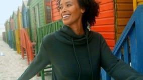 Νέα γυναίκα αφροαμερικάνων που περπατά στην καλύβα παραλιών απόθεμα βίντεο