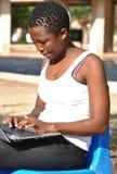 Νέα γυναίκα αφροαμερικάνων που χρησιμοποιεί το lap-top Στοκ φωτογραφία με δικαίωμα ελεύθερης χρήσης