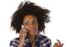 Νέα γυναίκα αφροαμερικάνων στο κινητό τηλέφωνο στοκ εικόνες