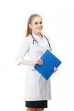 Νέα γυναίκα γιατρών σε ένα πορτρέτο μπουρνουζιών η ανασκόπηση απομόνωσε το λευκό Στοκ Εικόνες