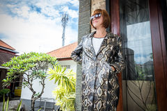 Νέα γυναίκα, επενδύτης ακρωτηρίων μόδας πολυτέλειας snakeskin python Χειροποίητο παλτό snakeskin Στοκ εικόνα με δικαίωμα ελεύθερης χρήσης