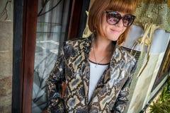 Νέα γυναίκα, επενδύτης ακρωτηρίων μόδας πολυτέλειας snakeskin python Χειροποίητο παλτό snakeskin Στοκ Εικόνα