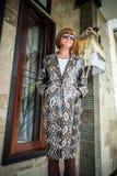 Νέα γυναίκα, επενδύτης ακρωτηρίων μόδας πολυτέλειας snakeskin python Χειροποίητο παλτό snakeskin Στοκ φωτογραφία με δικαίωμα ελεύθερης χρήσης