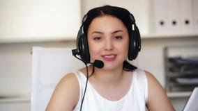 Νέα γυναίκα εργαζόμενος παραγωγικά που αναπτύσσει δραστηριότητες στο τηλεφωνικό κέντρο φιλμ μικρού μήκους