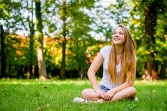 Νέα γυναίκα - ευτυχής στη φύση στοκ φωτογραφίες με δικαίωμα ελεύθερης χρήσης