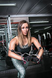 Νέα γυναίκα ικανότητας που ασκεί με μια μηχανή καλωδίων Στοκ φωτογραφία με δικαίωμα ελεύθερης χρήσης