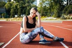 Νέα γυναίκα ικανότητας που στηρίζεται στο τρέξιμο της διαδρομής Στοκ Φωτογραφίες
