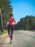 Νέα γυναίκα ικανότητας που τρέχει στο δασικό ίχνος Αθλητής δρομέων jogg Στοκ εικόνα με δικαίωμα ελεύθερης χρήσης