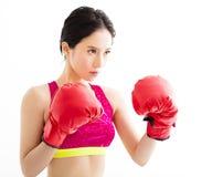 Νέα γυναίκα ικανότητας που φορά τα κόκκινα εγκιβωτίζοντας γάντια Στοκ φωτογραφία με δικαίωμα ελεύθερης χρήσης