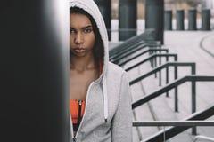 Νέα γυναίκα ικανότητας sportswear που στέκεται και που θέτει στο στάδιο Στοκ Φωτογραφία