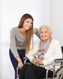 Νέα γυναίκα και άτομο τρίτης ηλικίας Στοκ Εικόνα