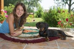 Νέα γυναίκα και ένα νέο σκυλί Dachshund Στοκ φωτογραφίες με δικαίωμα ελεύθερης χρήσης