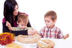 Νέα γυναίκα και μικρά παιδιά με το στεφάνι εμφάνισης στοκ εικόνες