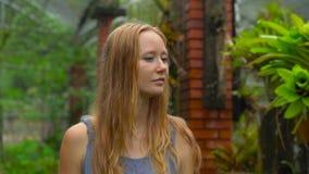 Νέα γυναίκα και ο γιος της που επισκέπτονται έναν τροπικό βοτανικό κήπο epiphytes τμήμα απόθεμα βίντεο